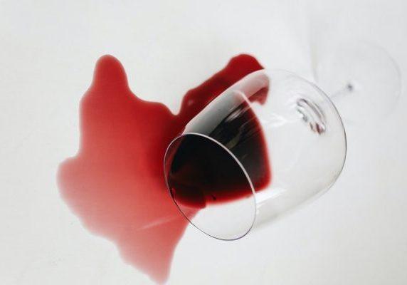 como quitar manchas de vino tinto